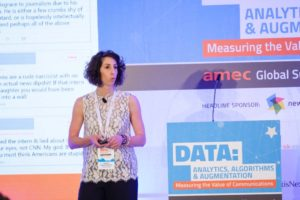 Sophia Karakeva presentando sobre el discurso de odio en la Cumbre Global de AMEC, Praga, 2019